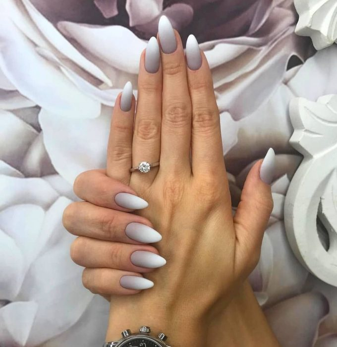 Uñas de color rosa con degradado a blanco con gris