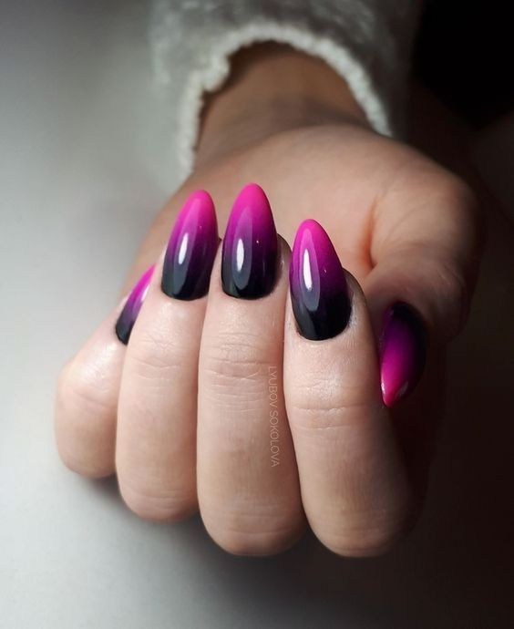 Uñas de color rosa con degradado a color negro con morado