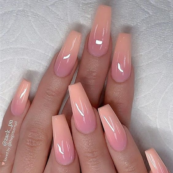 Uñas de color rosa con degradado a color nude y blanco