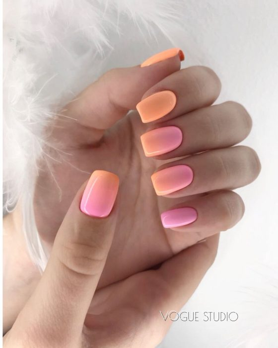Uñas de color rosa con degradado a blanco y color naranja