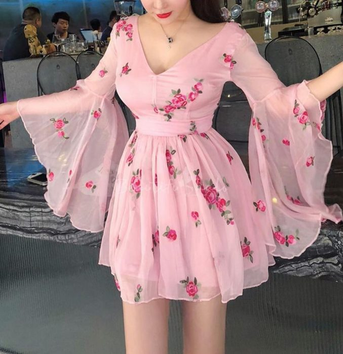 Chica con vestido rosa de gasa floreado