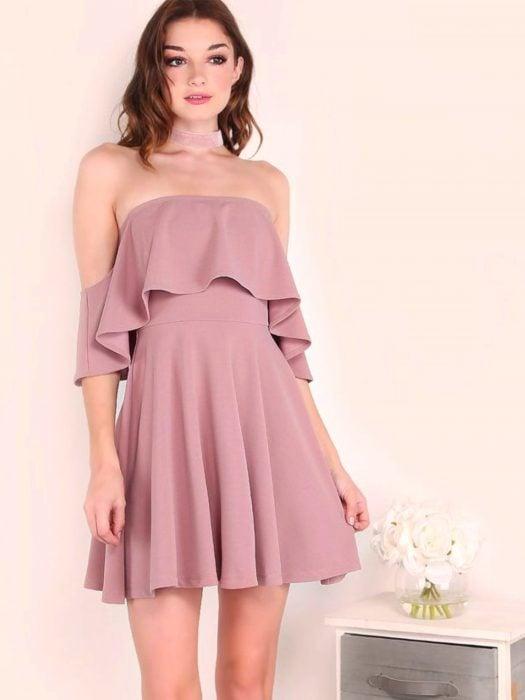 Chica con vestido rosa sin mangas, estilo campesino