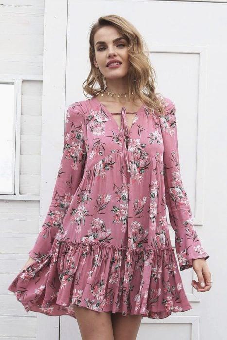 Chica con vestido casual, rosa y floreado