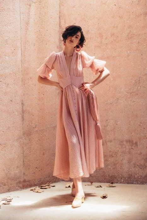 Chica de cabello corto con vestido rosa casual y holgado