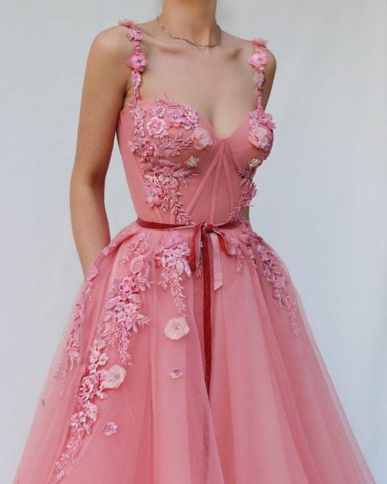 Vestido de fiesta rosa con bordado de flores, corsette y gasa, muy femenino