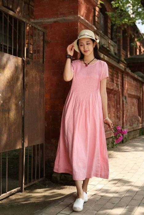 Chica coreana con vestido playero, largo, abajo de la rodilla, holgado