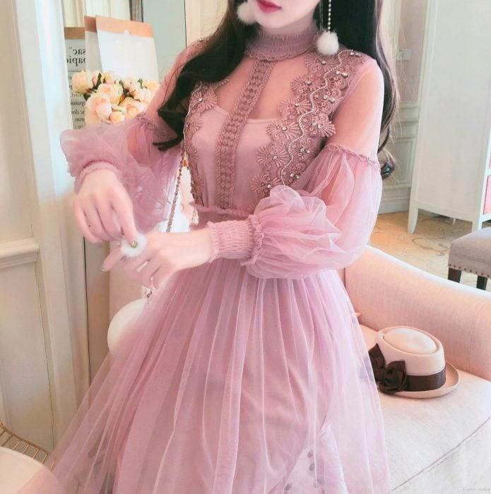 Vestido rosa de tul, con mangas, cuello y flores tejidas