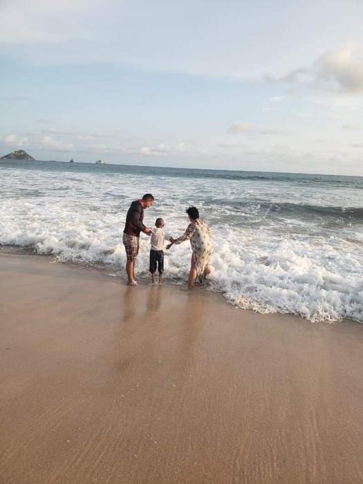 Jonathan junto a sus padres jugando a la orilla del mar en Mazatlan