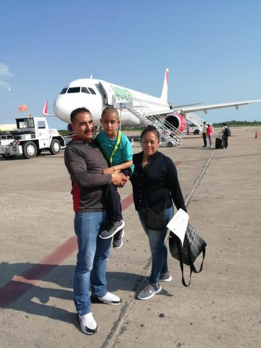 Jonathan junto a sus padres bajando del vuelo de viva aerobus
