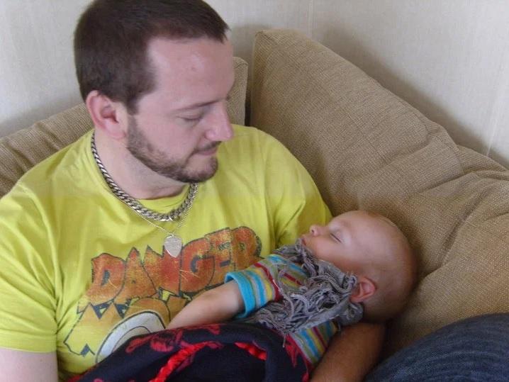Warren Allen sostiene a su hijo mayor George siendo un bebé