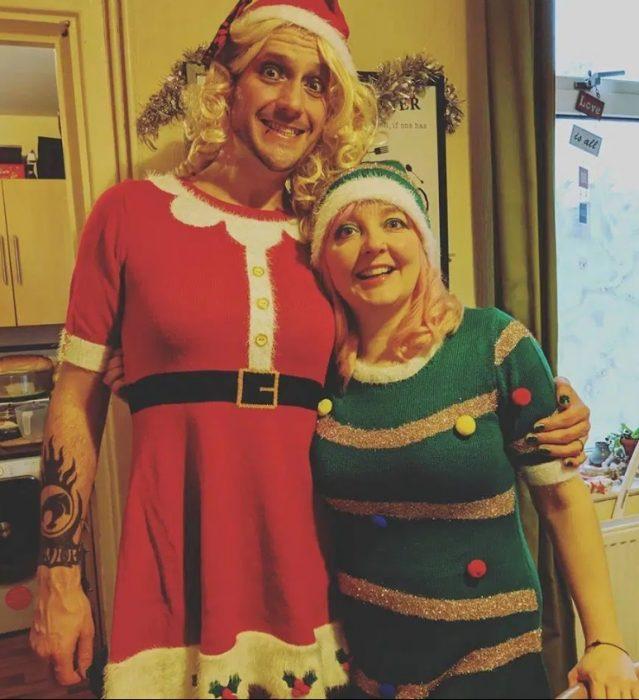 Warren Allen vestido de Papá Noel versión mujer y su esposa Kelly de duende verde