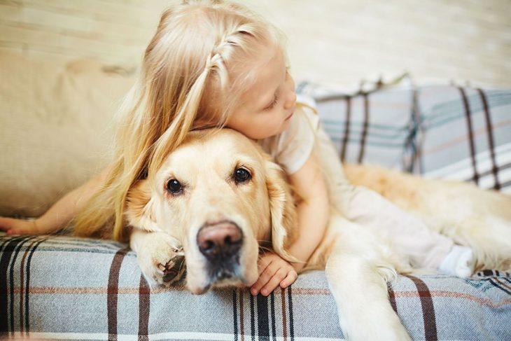 Niña con autismo abrazando a su perro