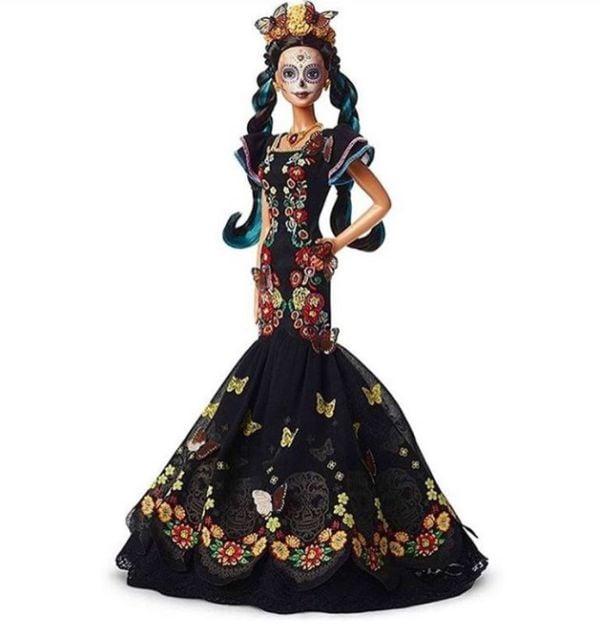 Barbie posible edición especial del Día de Muertos de cuerpo completo con un vestido negro bordado con mariposas y flores