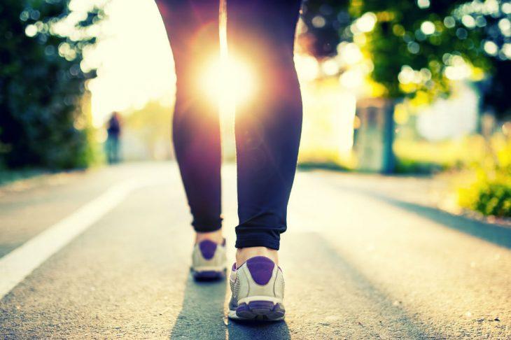 Piernas de mujer con tenis deportivos caminando