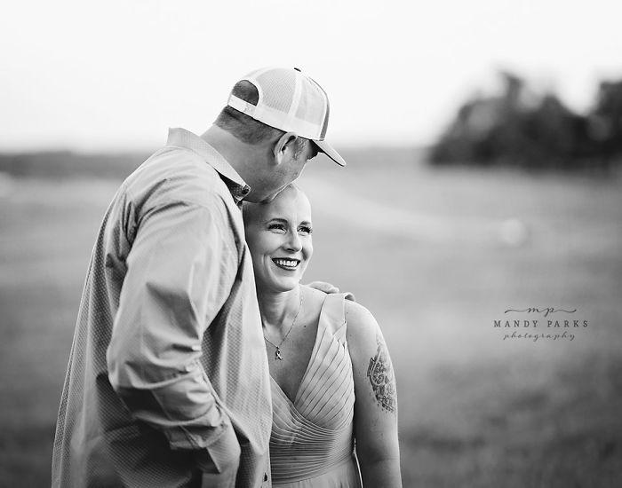 Charlie y Kelsey Johnson abrazados y sonrientes para una fotografía