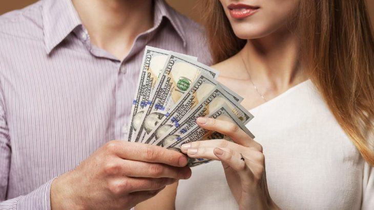 Mujer y hombre sosteniendo dinero