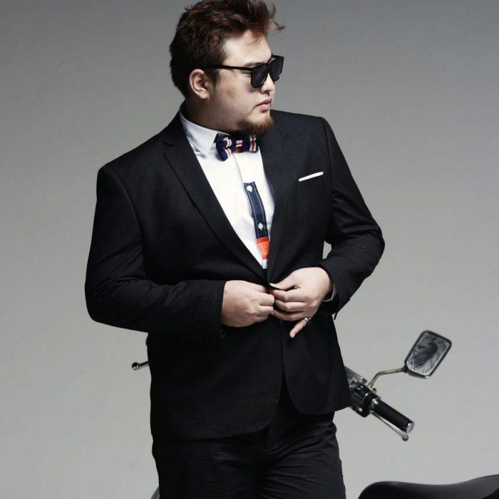 Hombre gordito con traje y lentes