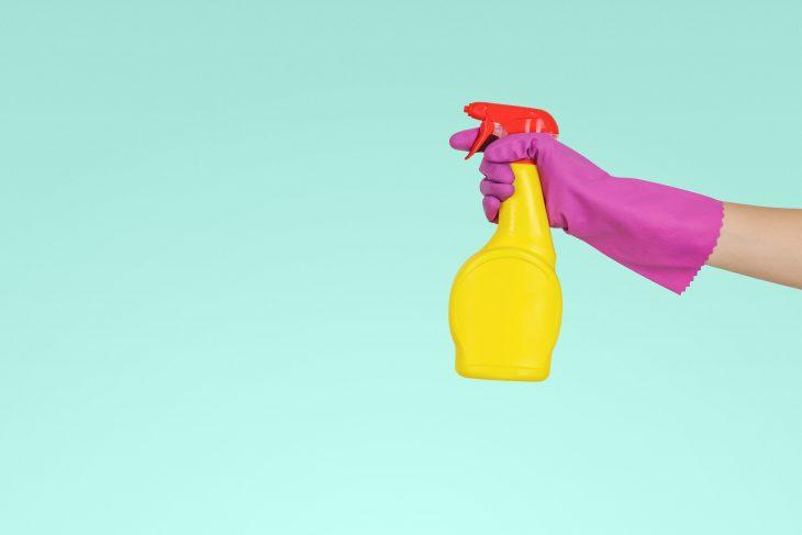 Mano de mujer sosteniendo limpiador