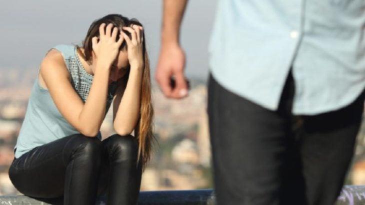 Mujer con las manos en la cabeza con frustración