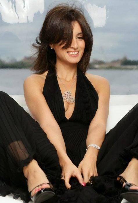 Tina Kandelaki sonriendo y con atuendo negro