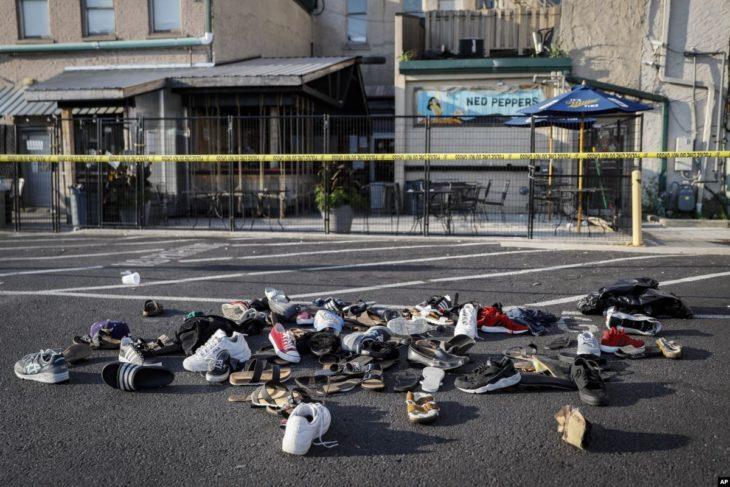 Zapatos apilados a las afueras de la escena del crimen del tiroteo de Dayton