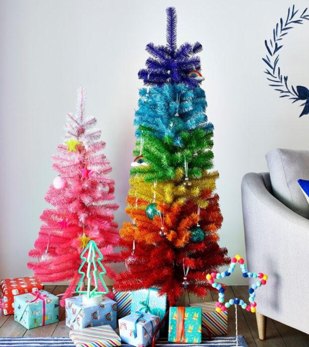 Árbol de navidad de colores de arcoíris y rosa, con regalos