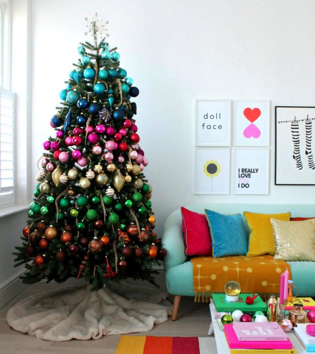 Árbol de navidad de colores de arcoíris con esferas