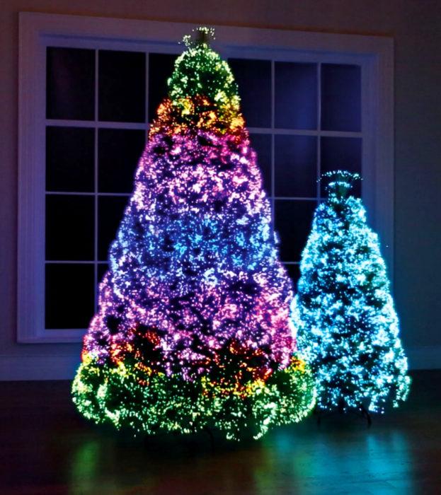 Árbol de navidad de colores de arcoíris con luces