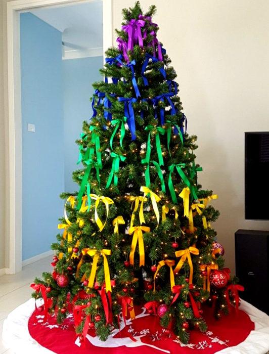 Árbol de navidad de colores de arcoíris con moños