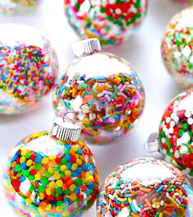 Esferas de navidad transparentes con dulces confitados de colores