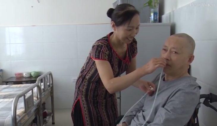 La esposa de Li Zhihua le coloca la sonda para que respire bien por la nariz