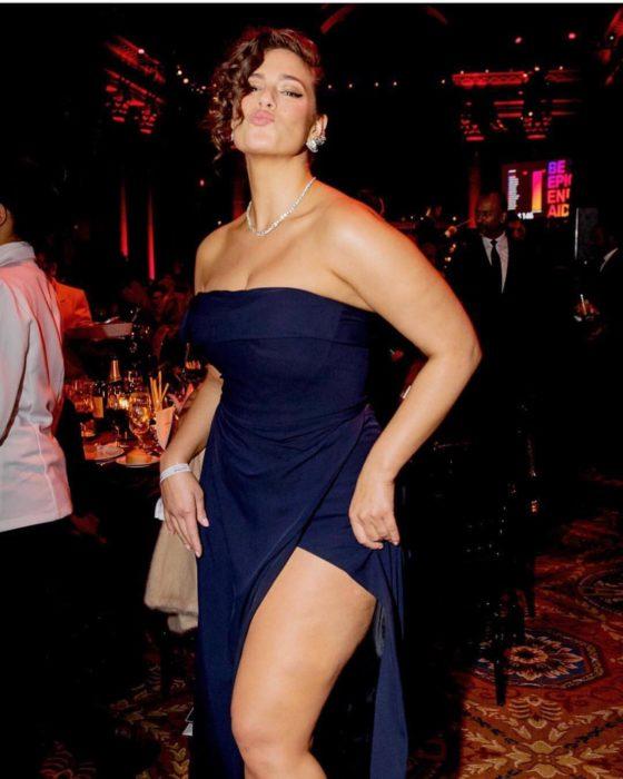 Ashley Graham con un vestido azul muestra su pierna