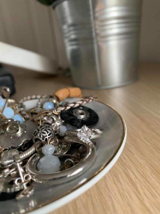 Anillo de compromiso entre otras joyas
