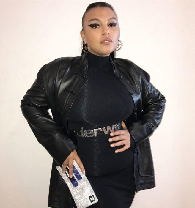 mujer vestida toda de negro con chaqueta de cuero
