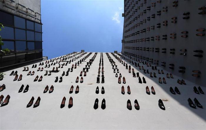 toma contrapicada del edificio en donde se encuentran las zapatillas en homenaje a las 440 mujeres muertas por sus esposos en Turquía en 2018