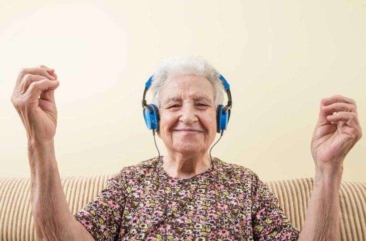 Abuelita escuchando música con audífonos
