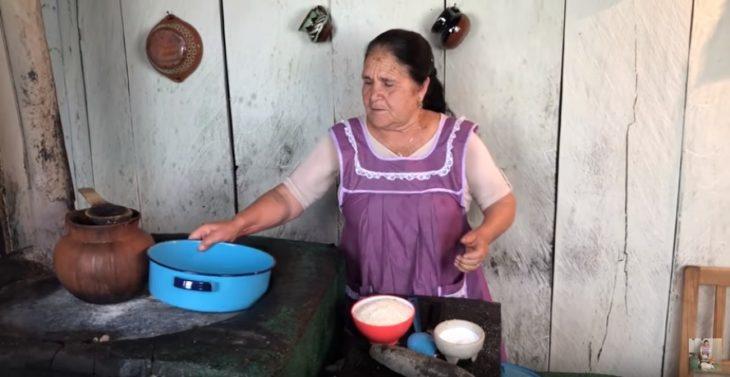 Ángela, la abuelita que comparte a través de su canal de Youtube recetas tradicionales, en su cocina frente al comal