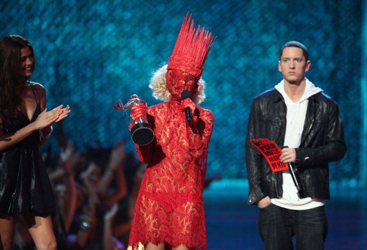 Acontecimientos de la cultura pop que sucedieron en septiembre del 2009; Lady Gaga vestida de rojo, no se le ve la cara, en los MTV Video Music Awards