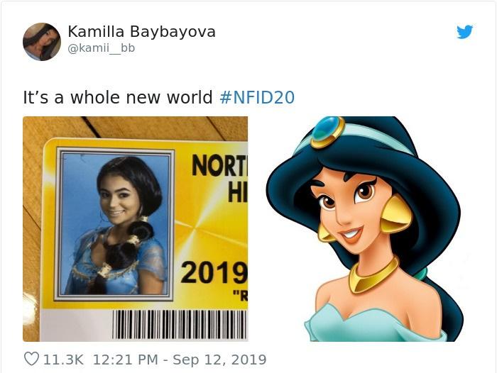 Chica en su foto de credencial escolar disfrazada como Jazmin de Aladdín, Disney