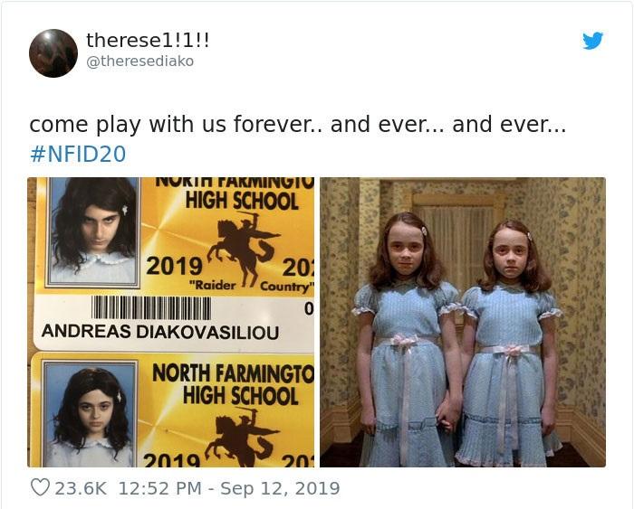 Chicas en su foto de credencial escolar disfrazadas como las gemelas de la película El Resplandor