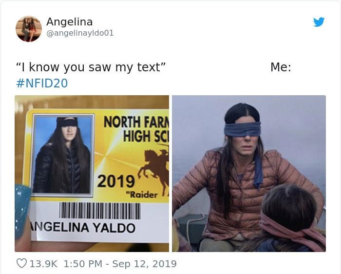 Chica en su foto de credencial escolar disfrazada como Sandra Bullock en Bird Box