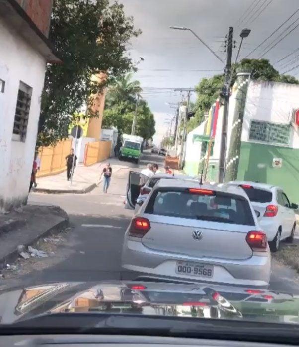 Desde su auto un hombre tomó una foto del momento en que el joven consuela al hombre que lo chocó en Manaos