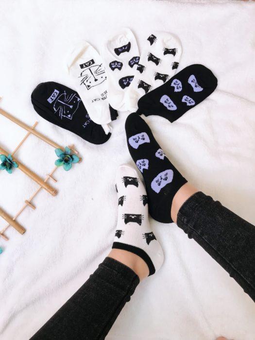 Calcetas de gatitos en color negro y blamco