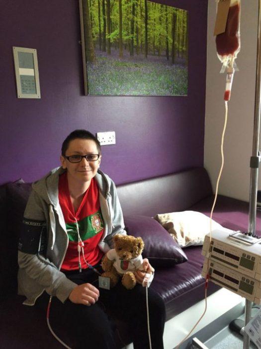 Emma Burrows en una sala morada con la quimioterapia conectada