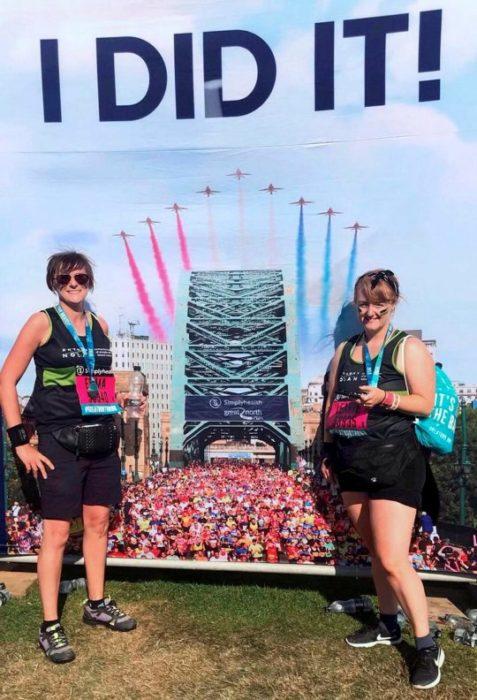 Emma Burrows y la amiga con la que corrió el medio maratón en Inglaterra