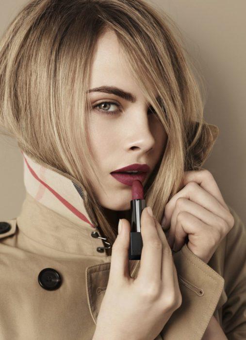 Cara Delevingne con labios color vino