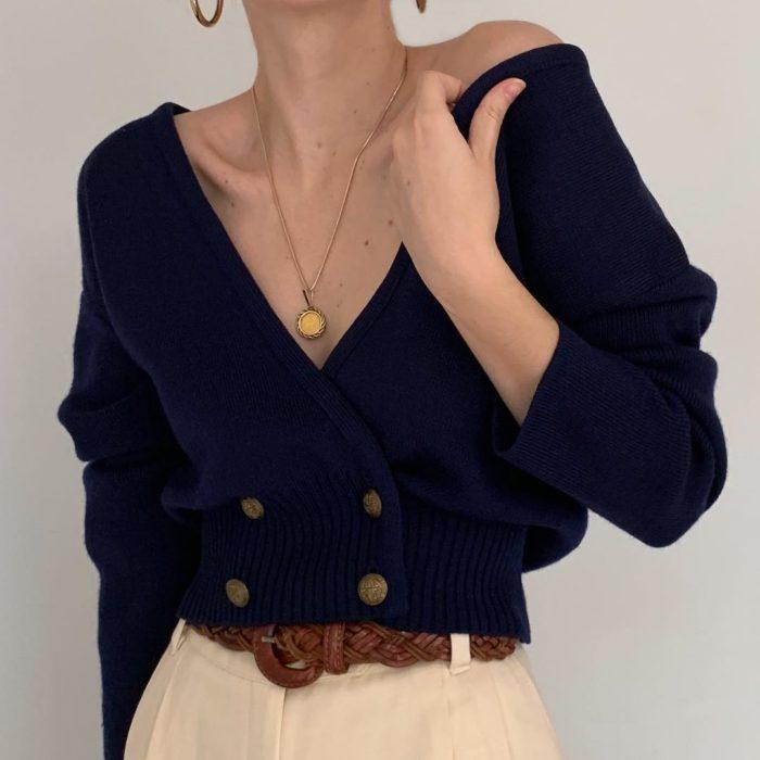 Outfits con cardigans; mujer con suéter de botones azul marino con cuello en v