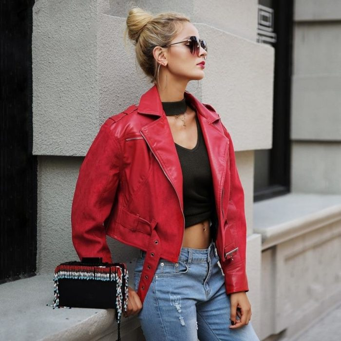 Mujer con peinado de chongo alto, con lentes de sol, chaqueta oversized roja
