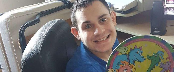 Daniel Dublin, niño con autismo, sosteniendo su plato favorito para comer