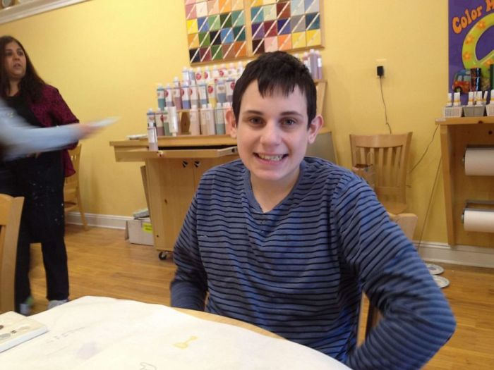 Daniel Dublin sentado frente a la mesa esperando que lleguen con el plato en que sirven su comida favorita